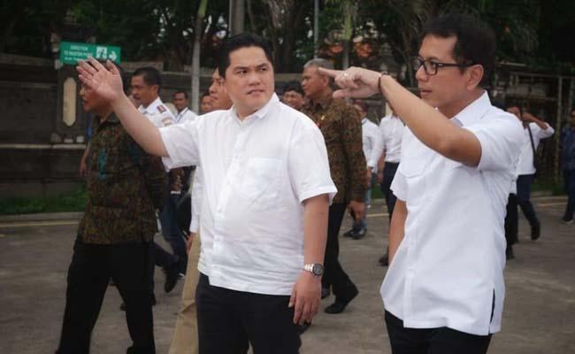 Menteri BUMN Erick Thohir (kiri) sedang berbicang dengan Menteri Pariwisata dan Ekonomi Kreatif Wishnutama Kusubandio. - Dok. Istimewa