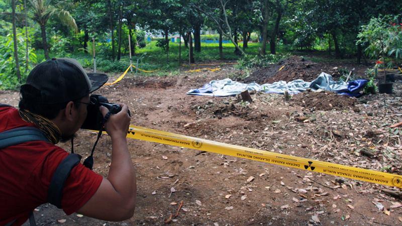 Seorang jurnalis foto memotret lokasi ditemukannya paparan tinggi radioaktif di Perumahan Batan Indah, Serpong, Tangerang Selatan, Banten, Jumat (14/2/2020). - ANTARA / Muhammad Iqbal