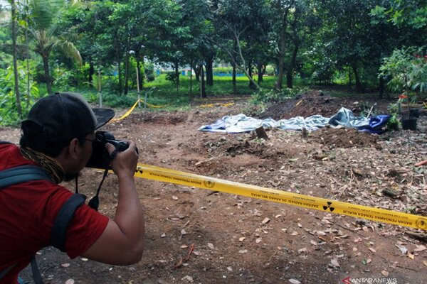 Seorang jurnalis foto memotret lokasi ditemukannya paparan tinggi radioaktif di Perumahan Batan Indah, Serpong, Tangerang Selatan, Banten, Jumat (14/2/2020). - Antara/Muhammad Iqbal