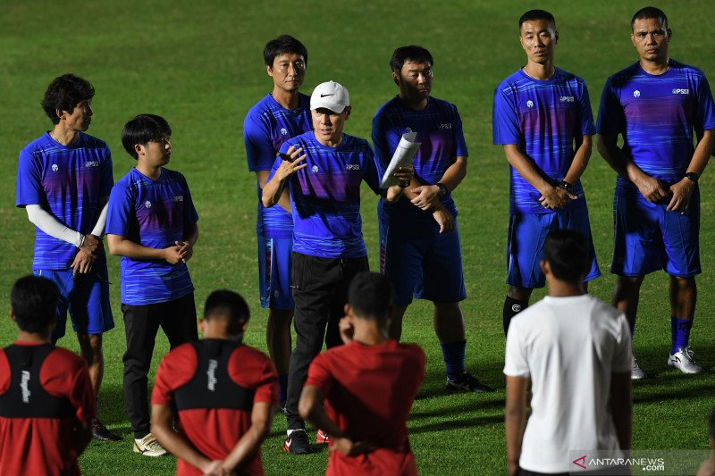 Pelatih Shin Tae-yong (tengah) memimpin latihan tim nasional sepak bola Indonesia di Stadion Madya, kompleks Gelora Bung karno (GBK), Senayan, Jakarta, Jumat (14/2/2020) malam. Sebanyak 30 pesepak bola dari total 34 yang dipanggil mengikuti latihan perdana yang dipimpin Shin Tae-yong. ANTARA - Aditya Pradana Putra
