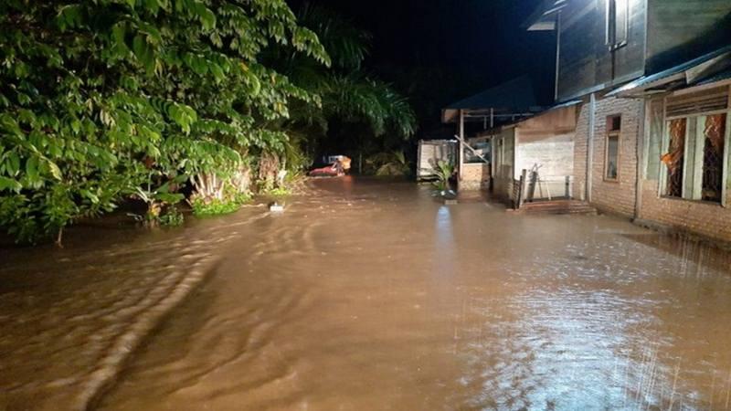 Banjir merendam ratusan rumah warga di Jorong Taming Kecamatan Ranah Batahan Pasaman Barat akibat meluapnya Sungai Batahan Jumat (14/2/2020) malam. - Antara
