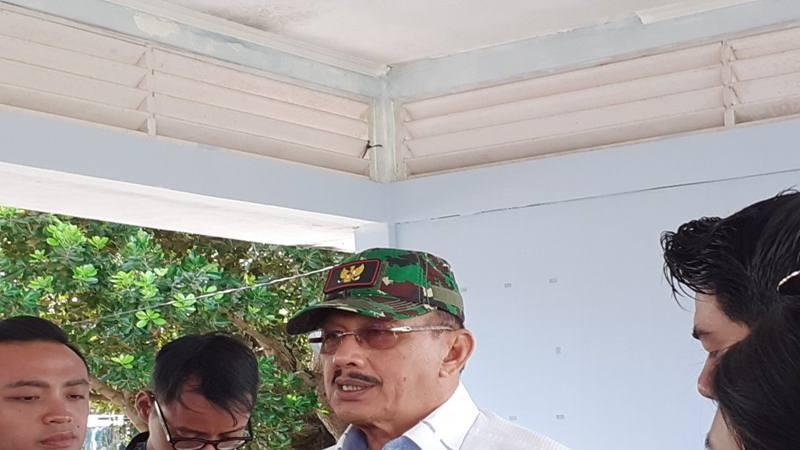 Bupati Natuna Hamid Rizal memberikan keterangan kepada awak media di Natuna, Kepulauan Riau, Sabtu (15/2/2020). - Antara