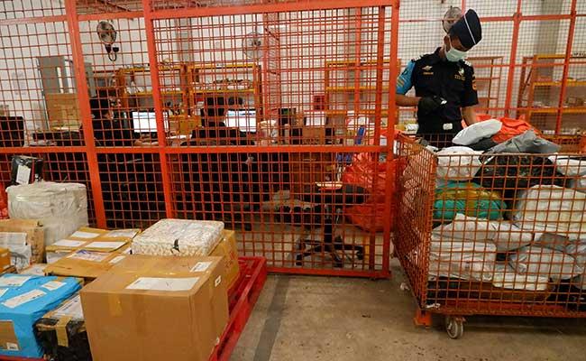 Petugas Bea Cukai Kualanamu mengecek barang kiriman luar negeri di gudang Sentral Pengolahan Pos (SPP) PT Pos Medan-Tanjung Morawa di Kabupaten Deliserdang, Sumatera Utara, Rabu (29/1/2020). ANTARA FOTO - Septianda Perdana