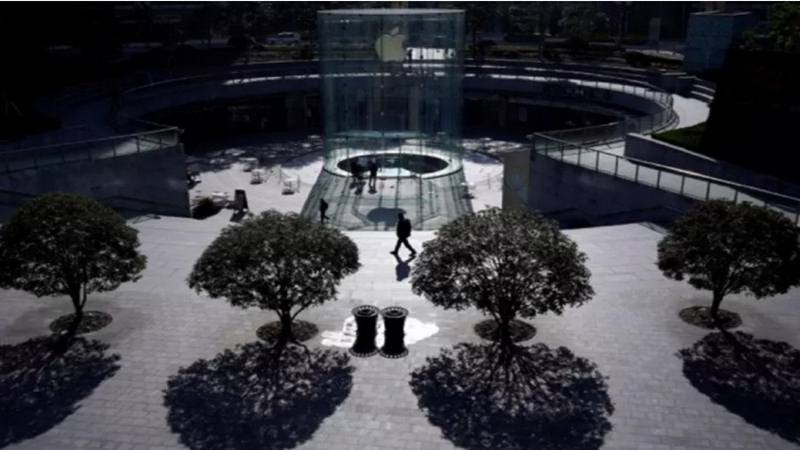 Apple Store, yang tutup karena wabah virus corona, di Shanghai, China, Senin (10/2/2020). - Antara
