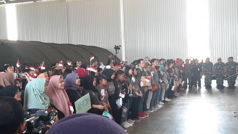 Suasana upacara pelepasan WNI usai observasi COVID-19 di Natuna, Kepulauan Riau, Sabtu (15/2/2020). - Antara