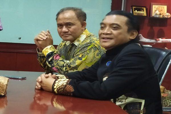 Penyanyi campursari Didi Kempot (kanan) dan Kepala Badan Narkotika Nasional (BNN) Heru Winarko. - Bisnis/Stefanus Arief Setiaji