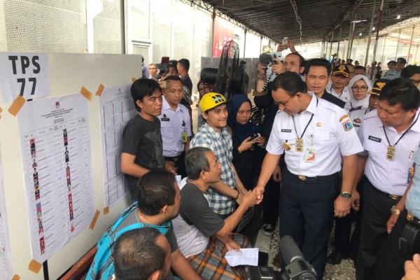 Gubernur DKI Jakarta Anies Baswedan bersalaman dengan pemilih di salah satu TPS di Jakarta, Rabu (17/4/2019). - Bisnis/Wildan Martak