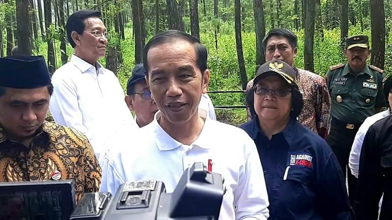 Presiden Joko Widodo memberikan keterangan kepada media usai melepasliarkan sepasang Elang Jawa di Taman Nasional Gunung Merapi, Jumat (14/2/2020). - Bisnis/Muhammad Khadafi