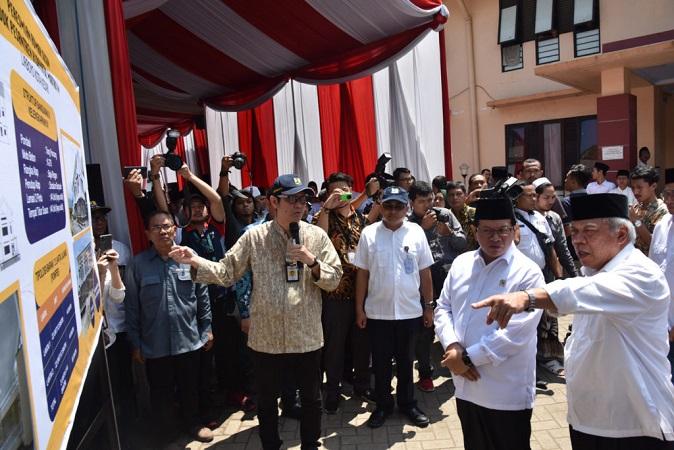 Seskab Pramono Anung dan Menteri PUPR saat meninjau Rusun Ponpes Lirboyo, Kota Kediri, Provinsi Jawa Timur, Sabtu (15/2). (Foto: Humas/Setkab - Jay).