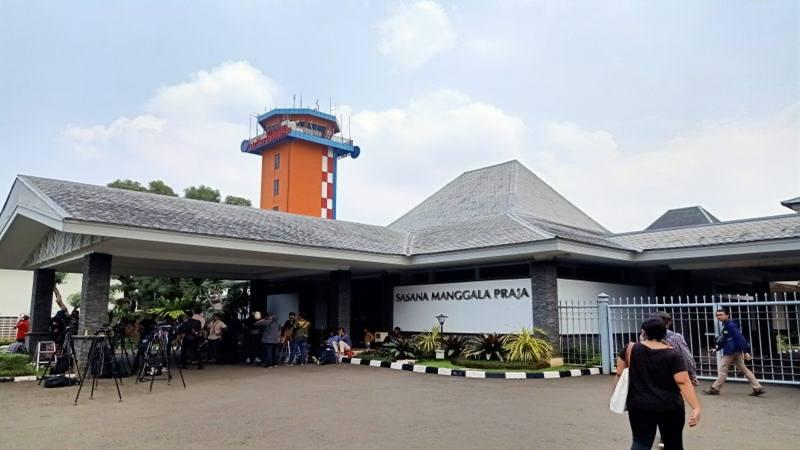 Sejumlah awak media berkumpul di depan Gedung Sasana Manggala Praja Halim Perdanakusuma, Jakarta Timur, Sabtu (15/2/2020), menjelang kedatangan WNI asal Wuhan yang telah menjalani observasi virus corona di Natuna, Kepulauan Riau. - Antara