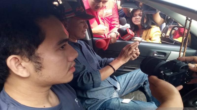 Keluarga WNI pascaobservasi asal Bogor tiba di Bandara Halim Perdanakusuma, Jakarta Timur, Sabtu (15/2/2020). Kedatangan mereka di Gedung Sasana Manggala Praja untuk menjemput kedatangan anggota keluarga yang telah menjalani observasi virus Corona di Natuna, Kepulauan Riau - Antara
