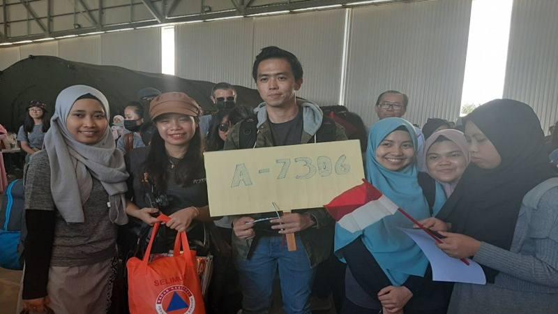 WNI yang dievakuasi dari Wuhan, China berpose sebelum berangkat ke Jakarta dari Kepulauan Natuna, Kepulauan Riau, Sabtu (15/2/2020). - Antara
