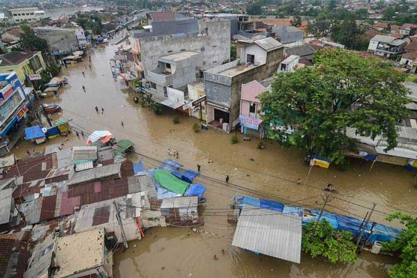 Ilustrasi-Suasana jalan utama yang terendam banjir di Dayeuhkolot, Kabupaten Bandung, Jawa Barat, Senin (14/1/2019). - ANTARA/Raisan Al Farisi