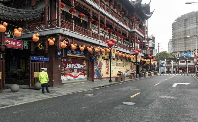 Kondisi jalanan sepi pasca menyebarnya virus corona di Shanghai, China. Bloomberg - Qilai Shen