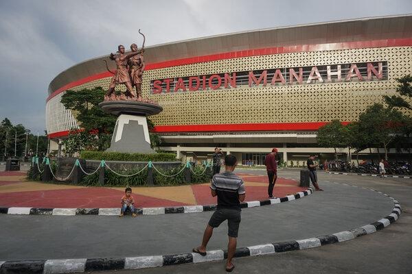 Warga beraktivitas di kawasan Stadion Manahan, Solo, Jawa Tengah, Jumat (14/2/2020). - Antara/Mohammad Ayudha