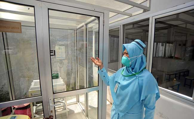 Seorang perawat menunjukan fasilitas pendukung ruangan isolasi untuk mengantisipasi virus corona di Rumah Sakit Umum Pusat (RSUP), Dr.M.Djamil, Padang, Sumatera Barat, Selasa (28/1/2020). RSUP Dr M Djamil Padang menyiapkan dua ruang isolasi dan fasilitas pendukung lain untuk menangani pasien yang terkena virus corona dan penyakit infeksi menular lainnya. ANTARA FOTO - Iggoy el Fitra
