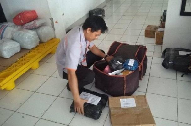 Kantor Pos Rangkasbitung, Kabupaten Lebak, Provinsi Banten menjamin pengiriman paket berupa barang terbebas dari penyebaran virus Novel Coronavirus. - Antara