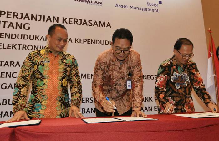 Dirjen Dukcapil Kementerian Dalam Negeri Zudan Arif Fakrulloh (kiri) menyaksikan Direktur PT Bank Tabungan Negara Tbk. Daisuki Amsir (tengah) dan Direktur PT Bank Negara Indonesia Tbk Dadang Setiabudi menandatangani perjanjian kerja sama, di Jakarta, Selasa (26/2/2019). - Bisnis/Nurul Hidayat
