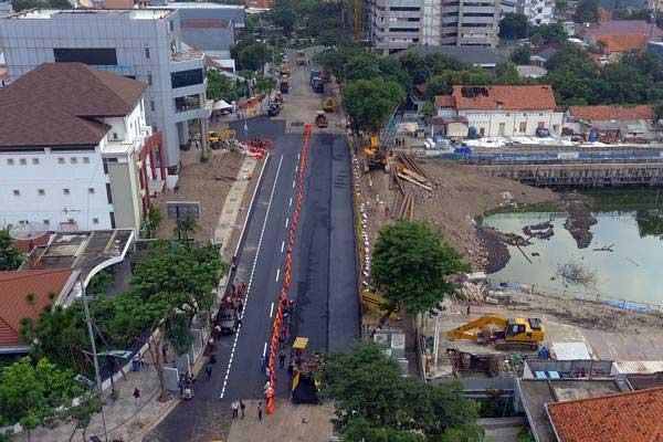 Foto aerial pengaspalan dan pembuatan marka jalan di lokasi jalan ambles di Jalan Raya Gubeng, Surabaya, Jawa Timur, Kamis (27/12/2018). - ANTARA/Didik Suhartono