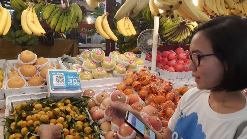 Seorang pelanggan menggunakan Go-Pay untuk berbelanja buah di Pasar Modern Town Market, Kota Tangerang pada Kamis (4/4/2019). - Bisnis/Leo Dwi Jatmiko