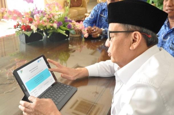 Gubernur Banten Wahidin Halim mengisi Sensus Penduduk 2020 secara online di Gedung Negara Provinsi Banten. - Antara