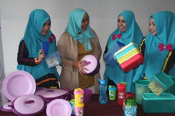 General Marketing Communication Medina Dewi Hendrati (dua dari kiri) menjelaskan kepada ibu rumah tangga peserta MIT di Malang, Sabtu (22/7/2017) terkait dengan produk food ware mereka. Medina, produsen food ware berbahan plastik yang bersertifikat halal dari MUI, menargetkan dapat mencapai pangsa pasar produk tersebut sebesar 15% dalam beberapa tahun mendatang - Bisnis/Choirul Anam