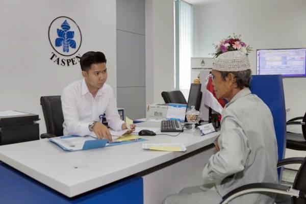 Karyawan melayani nasabah di Kantor Cabang PT Taspen, Tangerang, Banten, Senin (8/1). - JIBI/Felix Jody Kinarwan
