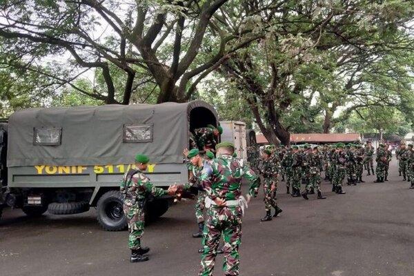 Sejumlah personel TNI bersiap untuk pengamanan menjelang laga derbi antara Persebaya Surabaya dengan Arema FC dalam Piala Gubernur Jatim 2020 yang digelar tanpa penonton di Stadion Supriyadi, Kota Blitar, Selasa (18/2/2020). - Antara