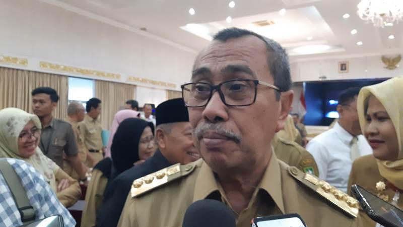 Gubernur Riau Syamsuar saat menjawab pertanyaan wartawan setelah mencanangkan Sensus Penduduk 2020 di Balai Serindit, Pekanbaru, Senin (17/2/2020). - Bisnis/Dwi Nicken Tari