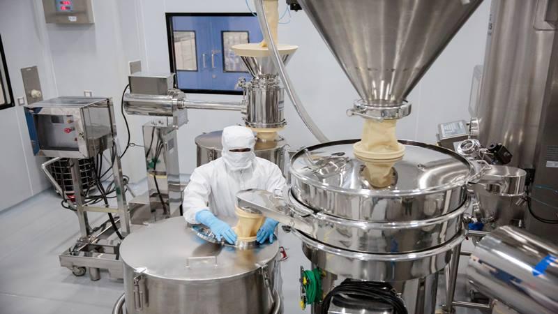 Seorang karyawan mengoperasikan mesin penyaring di laboratorium di pabrik farmasi Laurus Labs Ltd. di Visakhapatnam, Andhra Pradesh, India, pada hari Rabu, 15 November 2017. Pabrik itu menghasilkan miliaran pil generik untuk pasien HIV dan membanjiri pasar AS dengan harga murah. - Bloomberg