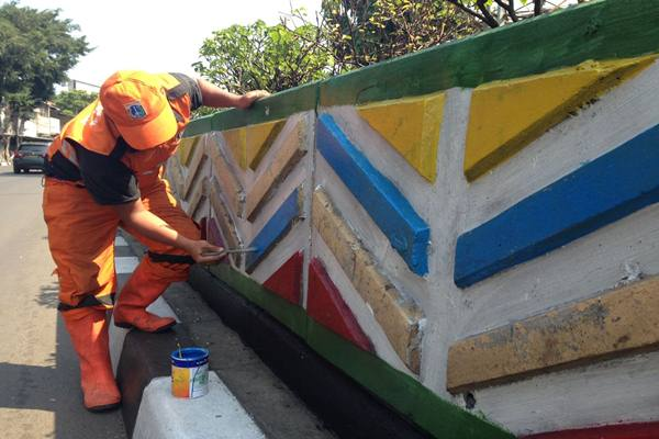 Petugas PPSU mengecat warna-warni tembok underpass Senen, Jakarta Pusat jelang Asian Games 2018. - JIBI/M Ridwan