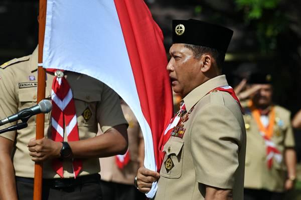 Ketua Kwartir Nasional (Kwarnas) Gerakan Pramuka Budi Waseso memegang bendera merah putih ketika pelantikan ketua dan pengurus Kwarnas Gerakan Pramuka oleh Presiden Joko Widodo di Halaman Tengah Istana Merdeka, Jakarta, Kamis (27/12/2018). - ANTARA/Wahyu Putro A