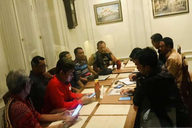 Pengurus Asprov PSSI Jatim, Pemprov Jatim, Polda Jatim dan manajemen Persebaya menggelar rapat menjelang final turnamen sepak bola Piala Gubernur Jatim di salah satu rumah makan di Surabaya, Selasa (19/02/2020) malam - Antara.