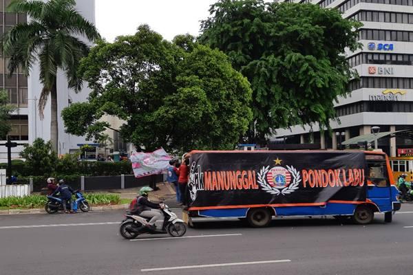 The Jakmania, kelompok suporter klub Persija Jakarta. - Bisnis/Samdysara Saragih