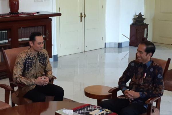 Komandan Komando Satuan Tugas Bersama (Kogasma) Partai Demokrat Agus Harimurti Yudhoyono (kiri) bertemu dengan Presiden Joko Widodo di Istana Bogor, Jawa Barat. - Bisnis/Amanda K. Wardhani