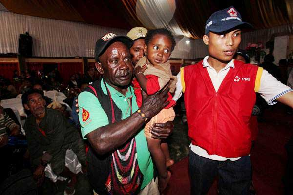 Ilustrasi - Warga korban penyanderaan Kelompok Kriminal Bersenjata tiba di Timika, Papua, Jumat (17/11). - Reuters/Muhammad Yamin