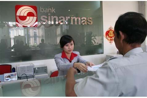 Karyawan Front Desk Bank Sinarmas Melayani Pelanggan. - bisnis.com