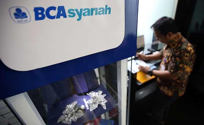 ilustrasi - Nasabah BCA Syariah mengisi aplikasi yang disediakan perusahaan - Bisnis/Azzam