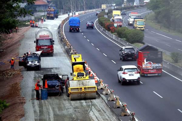 Ilustrasi-Pekerja menyelesaikan proyek pelebaran lajur di ruas jalan tol Purwakarta-Bandung-Cileunyi (Purbaleunyi) Bandung, Jawa Barat, Kamis (18/10/2018). - JIBI/Rachman
