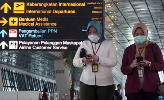 Karyawan menggunakan masker saat beraktivitas di Terminal 3 Keberangkatan Internasional, Bandara Soekarno Hatta, Tangerang, Senin (27/1/2020). Bisnis - Himawan L Nugraha