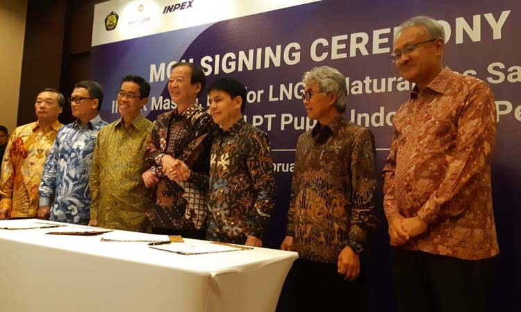 Presiden & CEO Inpex Corporation Takayuki Ueda (kiri), Menteri Energi dan Sumber Daya Mineral Arifin Tasrif (kedua dari kiri), Presiden Direktur PLN Zulkilfi Zaini (ketiga dari kiri), Presiden Direktur Pupuk Indonesia Aas Asikin Idat (ketiga dari kanan), Kepala SKK Migas Dwi Soetjipto dan Duta Besar Jepang untuk Indonesia Masafumi Ishii, dalam penandatanganan nota kesepahaman pasokan gas Inpex dengan PT Perusahaan Listrik Negara (Persero) dan PT Pupuk Indonesia. - Bisnis / Muhammad Ridwan
