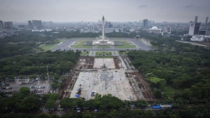 Suasana pembangunan Plaza Selatan Monumen Nasional (Monas) di Jakarta, Senin (20/1/2020). Pemprov DKI Jakarta melakukan revitalisasi kawasan Monas dengan menebang kurang lebih 190 pohon untuk dibangun plaza yang akan dilengkapi dengan fasilitas publik yang ditargetkan selesai pada Februari 2020. - Antara