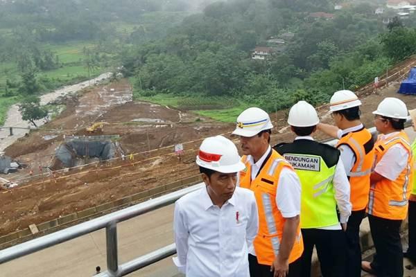Presiden Joko Widodo (kiri) meninjau proyek Bendungan Sukamahi dan Ciawi di Kecamatan Megamendung, Kabupaten Bogor, Rabu (26/12/2018). - Bisnis/Yodie Hardiyan