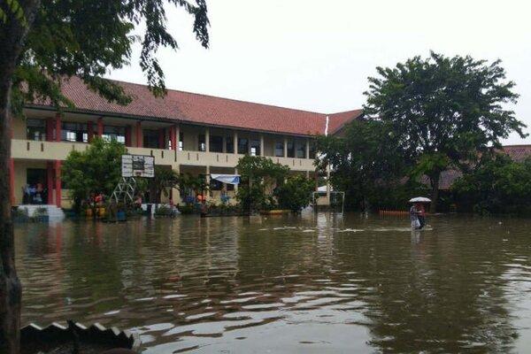 Kondisi banjir yang melanda SMPN 34 Semarang akibat hujan yang turun semalaman, Kamis (20/2/2020). - Antara/I.C.Senjaya