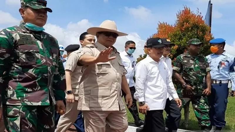 Menhan Prabowo Subianto didampingi Menteri Kesehatan saat mengunjungi Natuna guna mengecek penanganan masa observasi terhadap 238 WNI yang baru dijemput dari Wuhan. - Antara