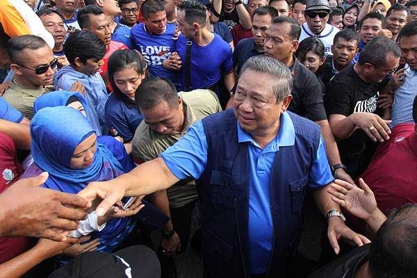 Ketua Umum Partai Demokrat Susilo Bambang Yudhoyono (SBY) menyapa warga - ANTARA/Aswaddy Hamid