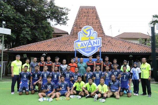 Presiden RI Ke-6 Susilo Bambang Yudhoyono (SBY) di tengah-tengah tim voli binaannya, Lavani Cikeas, yang berkompetisi bersama tujuh tim bola voli di Kabupaten Pacitan, Jawa Timur. - Staf SBY