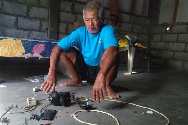 Zamhari, kakek korban menunjukan gawai dan headset milik cucu yang rusak tersambar petir. - Harian Jogja/Ujang Hasanudin
