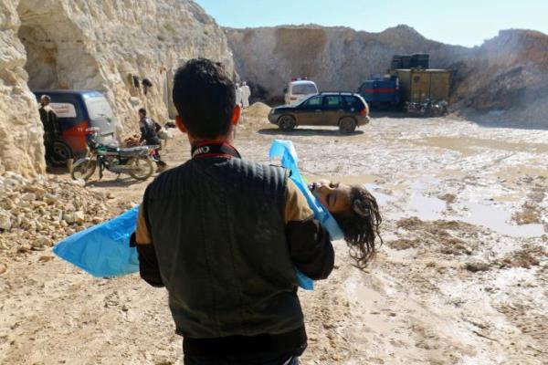 Ilustrasi-Seorang pria membopong jasad seorang anak diduga korban serangan gas kimia di kota Khan Sheikhoun, Idlib, Suriah, yang dikuasai kelompok pemberontak (4/4/2017). - Reuters/Ammar Abdullah