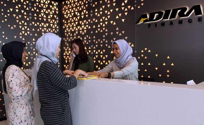 Karyawan beraktivitas di kantor Adira Finance di Jakarta. Bisnis - Endang Muchtar